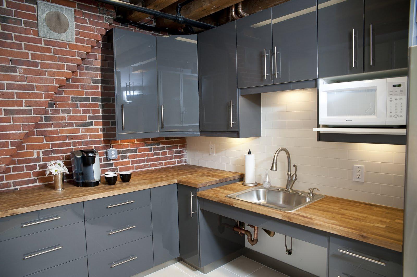 idea contemporanea e classica Cucina con mattoni e legno